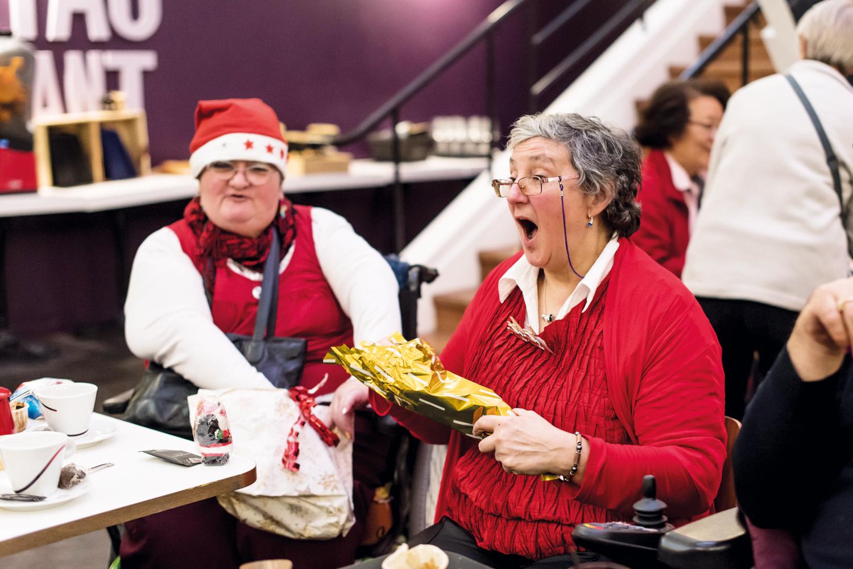Deux de nos bénéficiares ouvrent leurs cadeaux